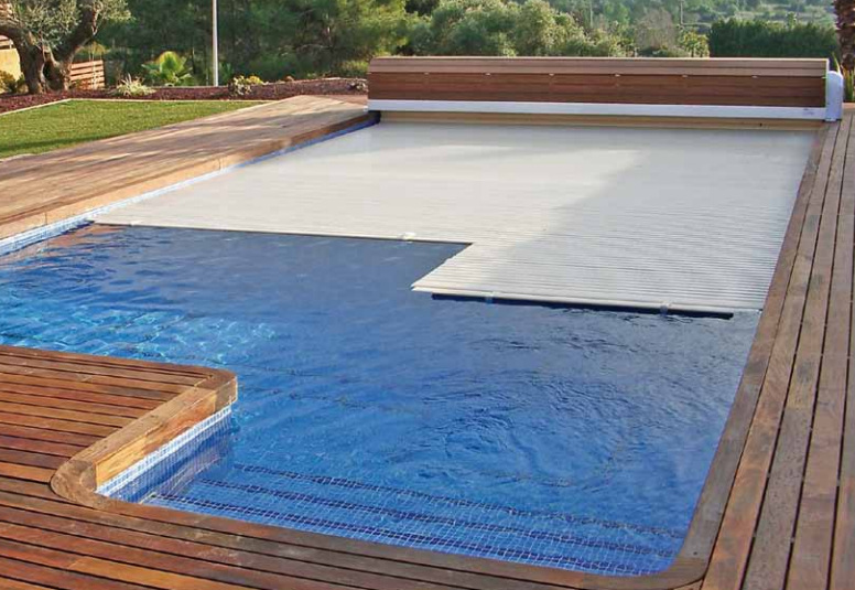 Cubierta automática de persianas de la piscina de astralpool en jujuju aquacenter benissa costablanca